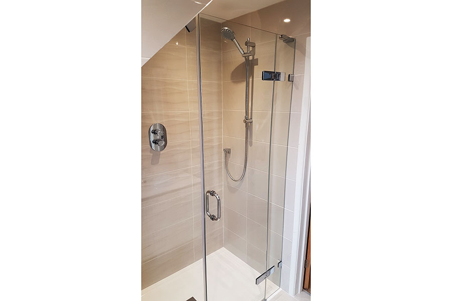 Vado shower and valve with semi frameless screen