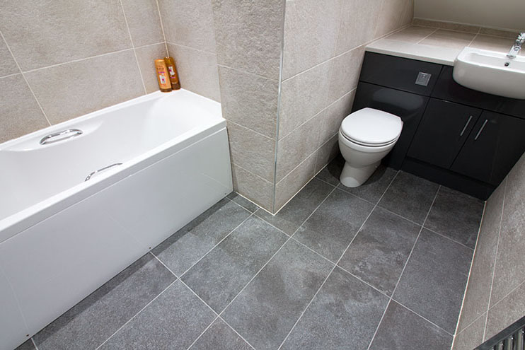 Family bathroom with porcelain tiles and fitted furniture by Vado